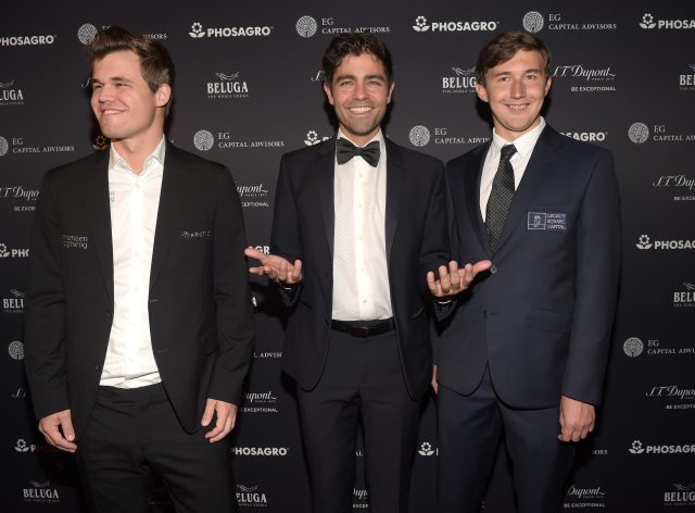 NEW YORK, NY - NOVEMBER 10: (L-R) Reigning Chess Champion Magnus Carlsen, Actor, host Adrian Grenier and Chess grandmaster Sergey Karjakin attend 2016 Gala Opening for World Chess Championship at The Plaza Hotel on November 10, 2016 in New York City. (Photo by Jason Kempin/Getty Images for World Chess Championship)